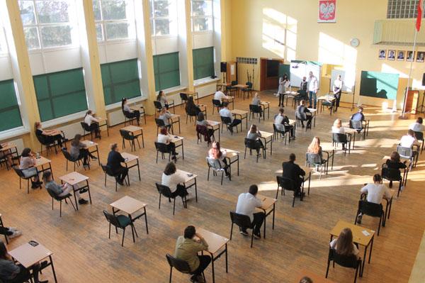 Na zdjęciu uczniowie podczas próbnej matury w trakcie omawiania procedur. Miejsce egzaminu - aula szkolna