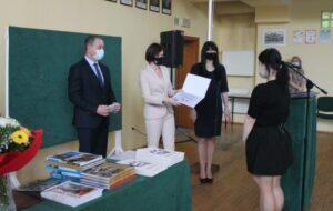 Uczennica odbiera stypendium z rąk Pani Starosty.