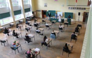 Uczniowie, dyrekcja i wychowawca klasy 4te podczas uroczystości zakończenia roku szkolnego dla maturzystów.