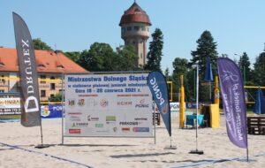 Banery organizatorów i sponsorów Mistrzostw Dolnego Śląska juniorek młodszych.