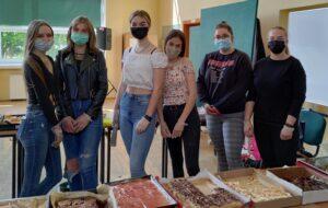 Zdjęcie uczennic, które brały udział w akcji charytatywnej.